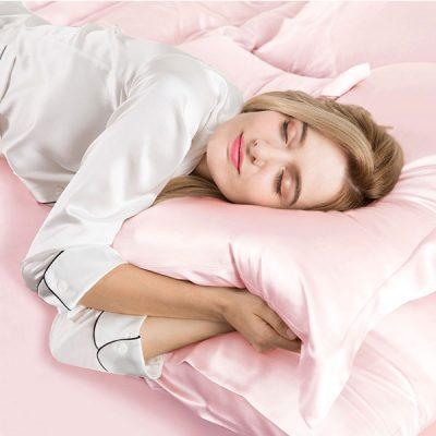 Using silk pillows when sleeping will help you sleep well and keep wavy hair.